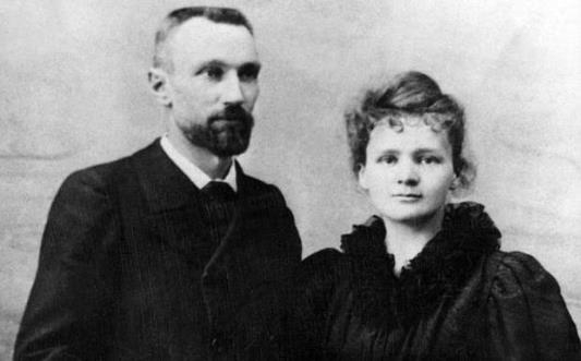 https://upload.wikimedia.org/wikipedia/commons/2/2e/Pierre_Curie_et_Marie_Sklodowska_Curie_1895.jpg